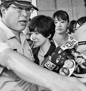 贾静雯哭着离开法庭,不回应任何提问。