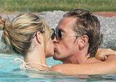 高清图:克劳奇与女友水中激吻 情场得意秀脚法
