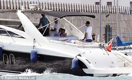杰拉德租17米长奢华游艇