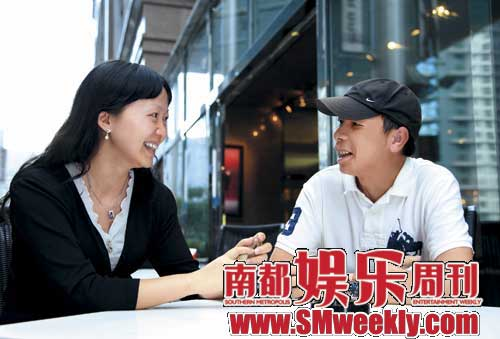 冯小刚在北京接受本刊执行主编谢晓的独家专访,二人谈兴甚浓。