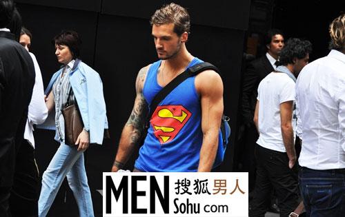 穿紧身小背心的肌肉男-男人频道