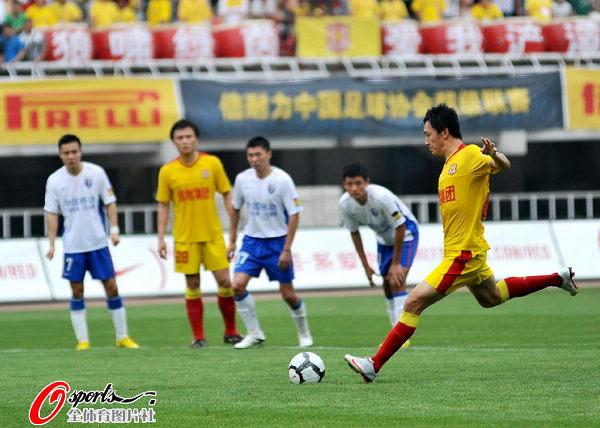 图文:[中超]陕西VS上海 驱迫命中点球