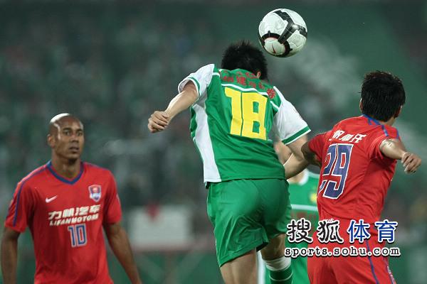 图文:[中超]北京VS重庆 路姜争顶