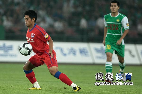 图文:[中超]北京VS重庆 胸部停球
