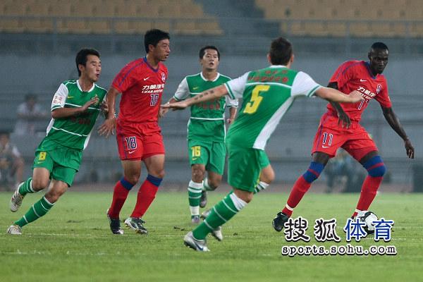 图文:[中超]北京VS重庆 马季奇防守