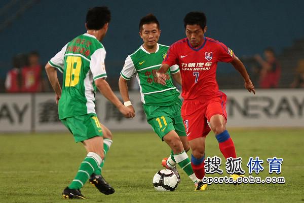 图文:[中超]北京VS重庆 路姜防守