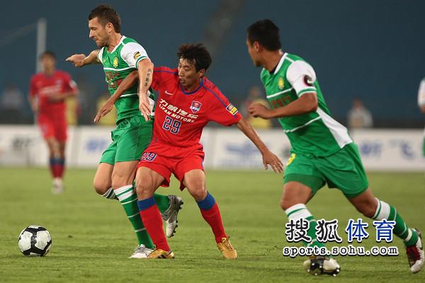 图文:[中超]北京VS重庆 双人包夹