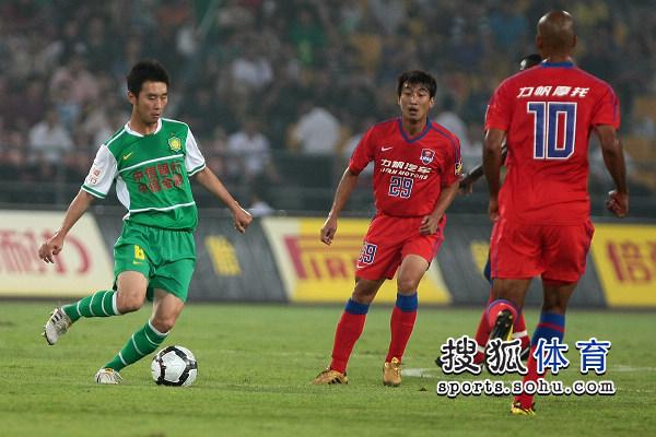 图文:[中超]北京VS重庆 杨昊控球