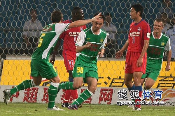 图文:[中超]北京VS重庆 张永海庆祝03