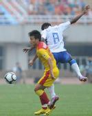 图文:[中超]陕西2-1上海 饶伟辉拼抢