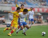 图文:[中超]陕西2-1上海 饶伟辉卡位