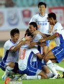 图文:[中超]青岛VS山东 鲁能庆祝进球