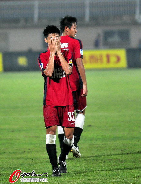图文:[中超]南昌0-0辽宁 陈志钊掩面遗憾