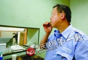王俊吃玻璃吃得津津有味 记者 张质 摄
