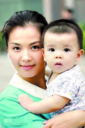 刘涛抱着儿子,一脸慈母相。