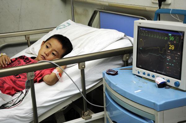 7月14日,一位出现不良反应的孩子在医院接受治疗。