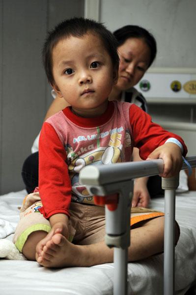 7月14日,一位出现不良反应的孩子在医院观察治疗。