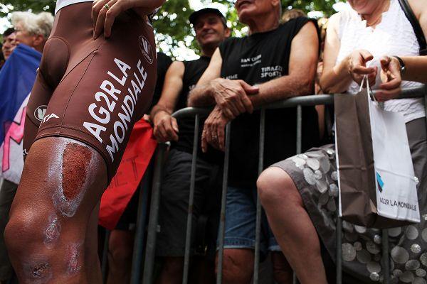 图文:环法第10赛段图集 自行车手腿上有伤
