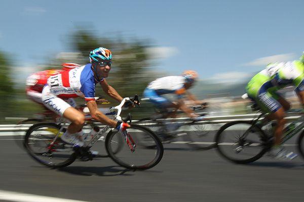 图文:环法第10赛段图集 自行车手飞速骑行