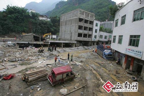 泥石流冲毁的街道 本版图片除署名外由 首席记者 黄兴能 摄