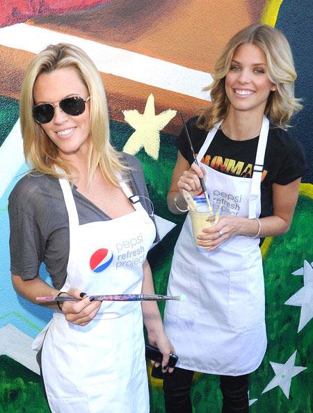 美女/图文:美女演员参加MLB活动两位美女笑看镜头