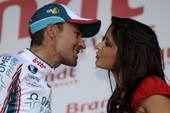法国小姐梅纳尔助阵环法第10赛段 激情献吻车手