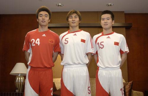 今年是中国各级男子国家队更换新款球衣的年份; 中国国家足球队将在主图片