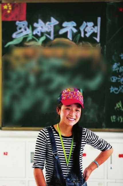 读初二的彩虹在新教室里,她身后是开学时同学们一起创作的黑板报