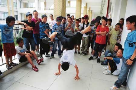 课间休息,一个孩子表演街舞引来围观