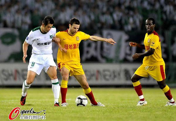 图文:[中超]杭州2-0陕西 巴哈利卡PK李彦
