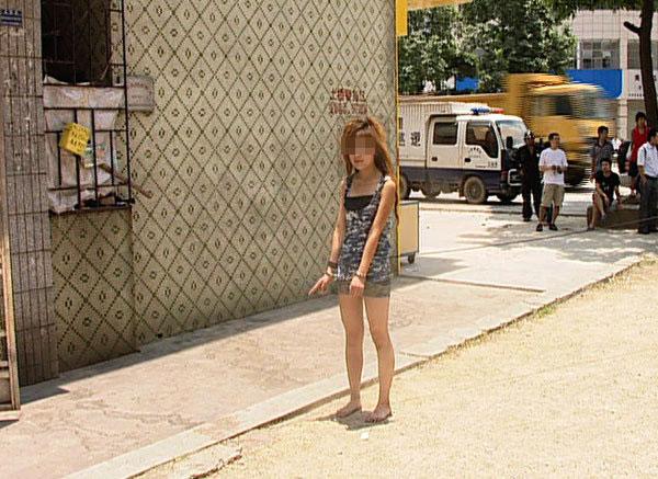 有很多网友认为清溪镇三中派出所公布涉嫌卖淫女子游街照片的行为有些过分。