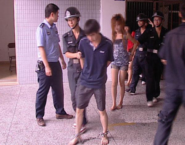 """记者在当地媒体上看到了清溪广电站的报道原文:""""7月5日上午,记者在三中派出所看到了这4名涉嫌卖淫嫖娼的违法人员,其中一名女子莫某面对民警的询问,一直沉默不语。据民警介绍,行动当晚,执法人员在对一出租屋内进行检查时,发现了两对男女莫某和李某,汪某和吴某涉嫌卖淫嫖娼,并当场将他们带回派出所做进一步调查。经审讯,4名违法人员对其涉嫌卖淫嫖娼的违法行为供认不讳,目前,4人已被依法治安拘留。"""""""