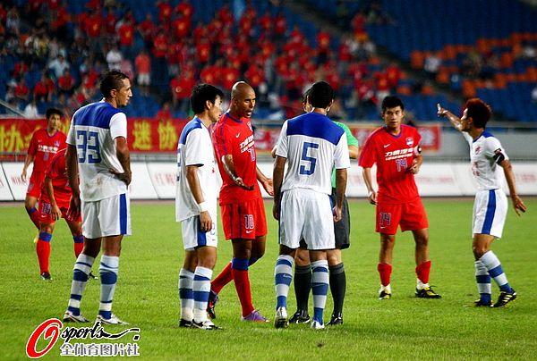 图文:[中超]重庆0-2深足 双方争相抗议