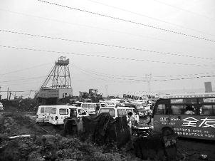 各类车辆纷纷赶到现场救援