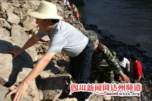 达州市长何建带领救援人员通过悬崖