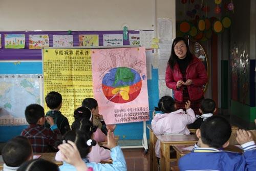 志愿者讲授环保常识