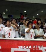 图文:[中甲]东亚VS八喜 球迷吹响呜呜祖啦