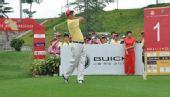 图文:亚运选拔赛第4场首轮 王立伟为第四轮开球