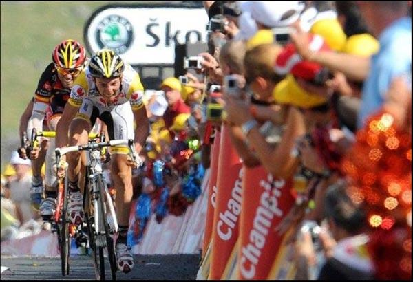 图文:2010环中国自行车赛 观众夹道欢迎车手