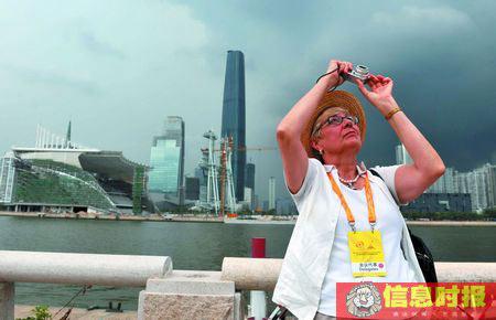 时政03-昨日中午,中外记者参观正在建设中的广州亚运会开闭幕式场馆和新电视塔。何建 摄