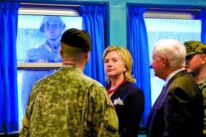 21日,美国国务卿希拉里访问板门店时,一名朝鲜士兵就在窗外