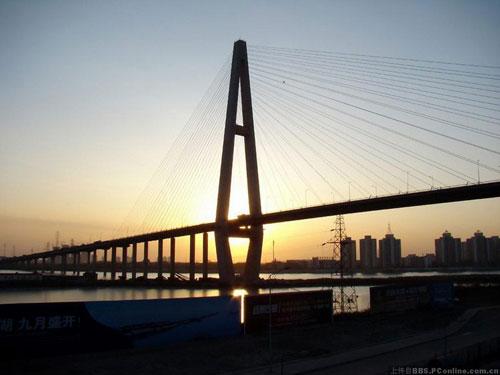 图文:2010环中国自行车赛 途径天津市海河大桥