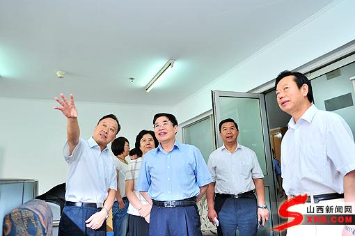 综合新闻    在编辑中心,袁纯清认真了解报纸的稿件编排,校检流程.