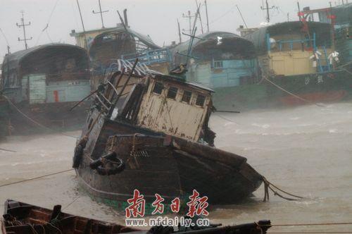 """""""灿都""""台风登陆时,阳江市沙扒渔港狂风暴雨,阵风达11级。周辑 摄"""