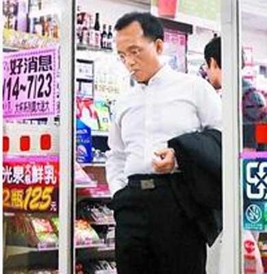 蔡爸爸独自离开长女婚礼,到便利超商买烟。