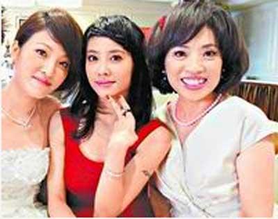 蔡�F纹(左)6月底订婚宴,只有妈妈(右)和妹妹Jolin出席。