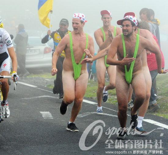 环法赛道惊现裸奔车迷
