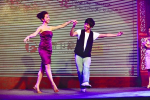 李少红/黛玉蒋梦婕和大宝玉杨洋在推介会上翩翩起舞。本报记者周晓东摄
