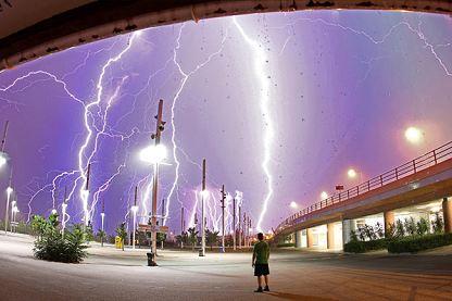希腊首都雅典一个雷雨天的夜晚,摄影师克里斯・库特西奥普罗斯驾车飞奔至奥林匹克体育馆,拍下了强雷暴出现的瞬间。