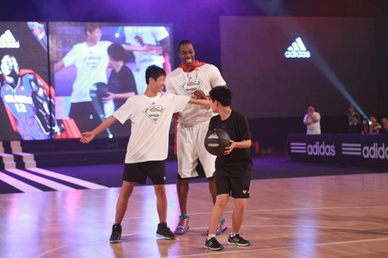 霍华德和聋人学校的小球迷比赛-魔兽五棵松鼓励聋哑少年 盼中国球迷
